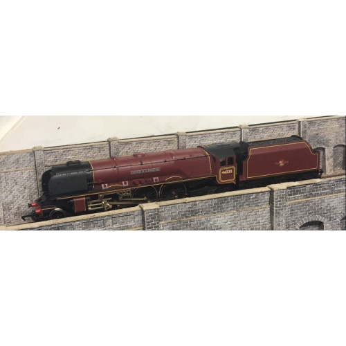 Hornby 4-6-2 Duchess Class Steam Locomotive No.46225 Duchess of Gloucester in BR Maroon with Late Crest