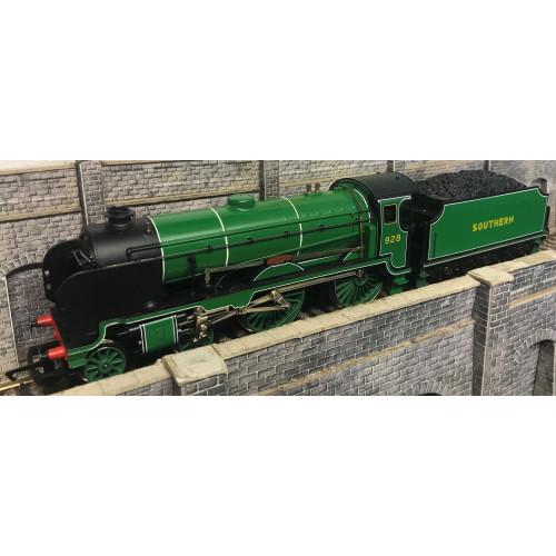 Hornby R380 00 Gauge SR 4-4-0 Schools Class V Steam Locomotive No.928 Stowe in Malachite Green