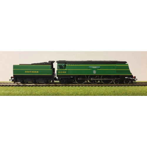Hornby 00 Gauge Battle of Britain Class 4-6-2 Steam Locomotive No.21C166 Spitfire in Southern Green
