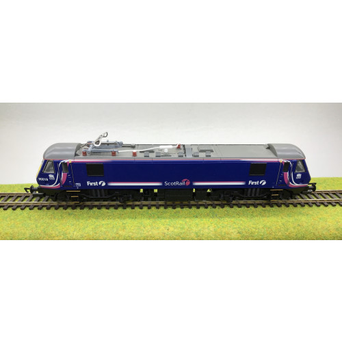 Hornby R2663A Class 90 Caledonian Sleeper Train Pack