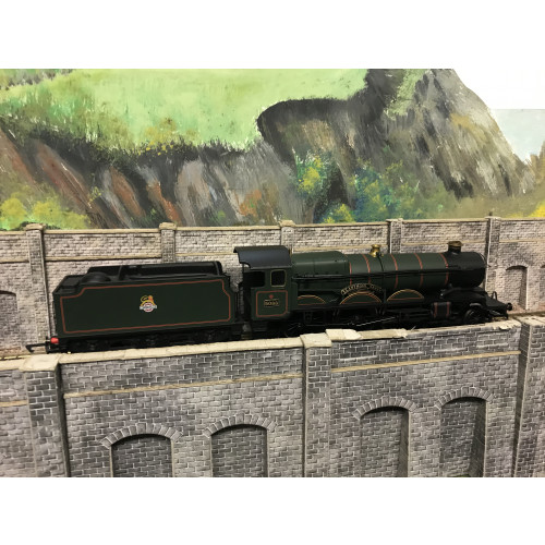 Hornby 00 Gauge Castle Class 4-6-0 Steam Locomotive No.5088 Llanthony Abbey in BR Green with Early Emblem